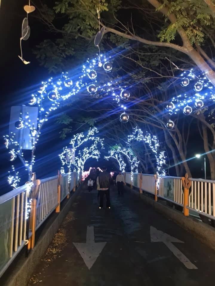 石岡區公所在東豐綠廊自行車道往情人木橋的跨橋前後裝設LED燈。(李蔚慈提供)