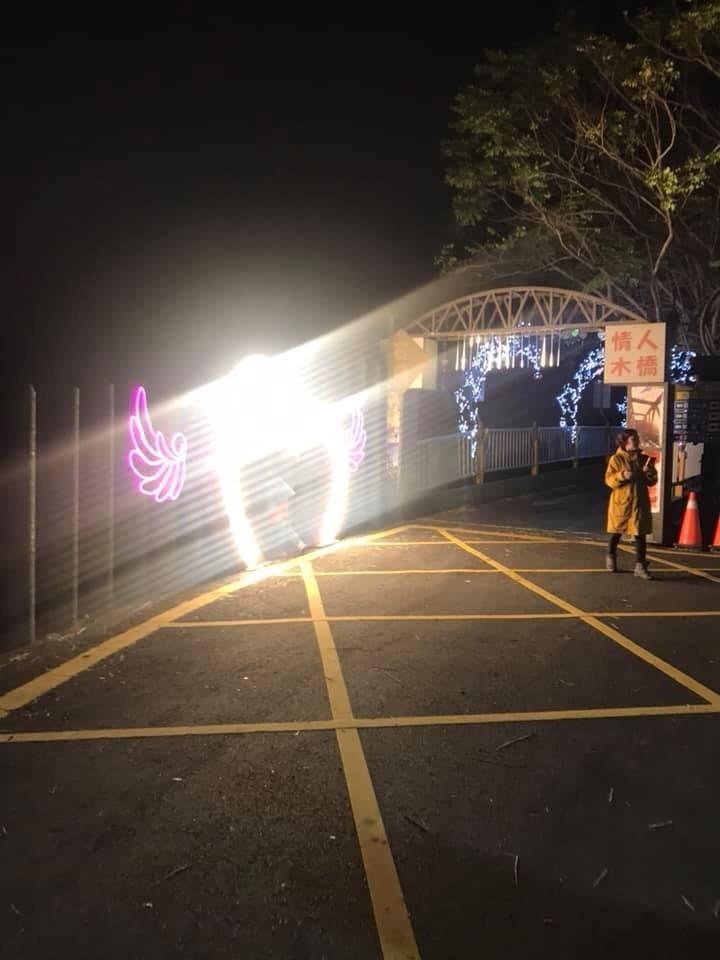 李蔚慈質疑石岡區公所設在東豐綠廊自行車道往情人木橋跨橋前的心型LED燈太亮太刺眼。(李蔚慈提供)