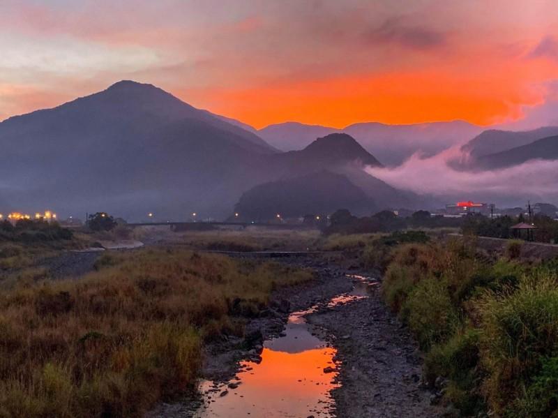 埔里山城最冷的一天清晨霞光雲海美景。(陳琪元提供)
