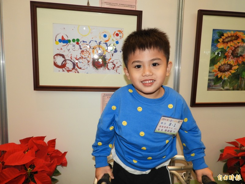 就讀愛智發展中心、4歲的袁翊宸是年紀最小的得獎者,他用飲料杯沾顏料畫出「毛毛蟲的翊想世界」。(記者賴筱桐攝)