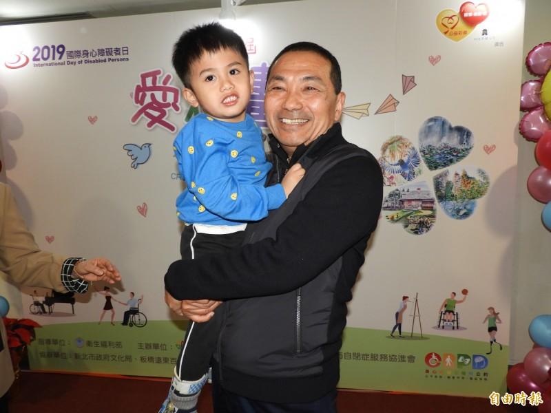 新北市長侯友宜一把抱起得獎的袁翊宸拍照,笑說:「沒想到你還滿有份量的!」(記者賴筱桐攝)