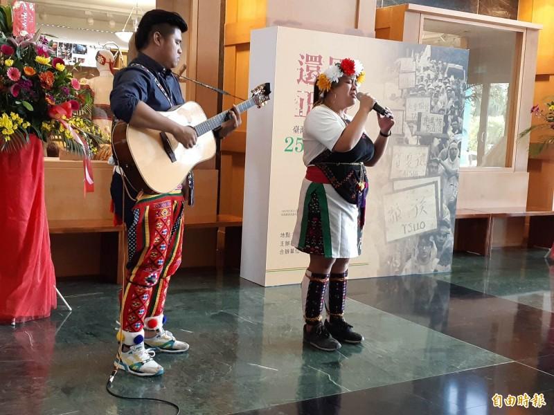 來自張惠妹部落的原住民新生代「小言台」,唱出原住民正名歷史。(記者黃明堂攝)