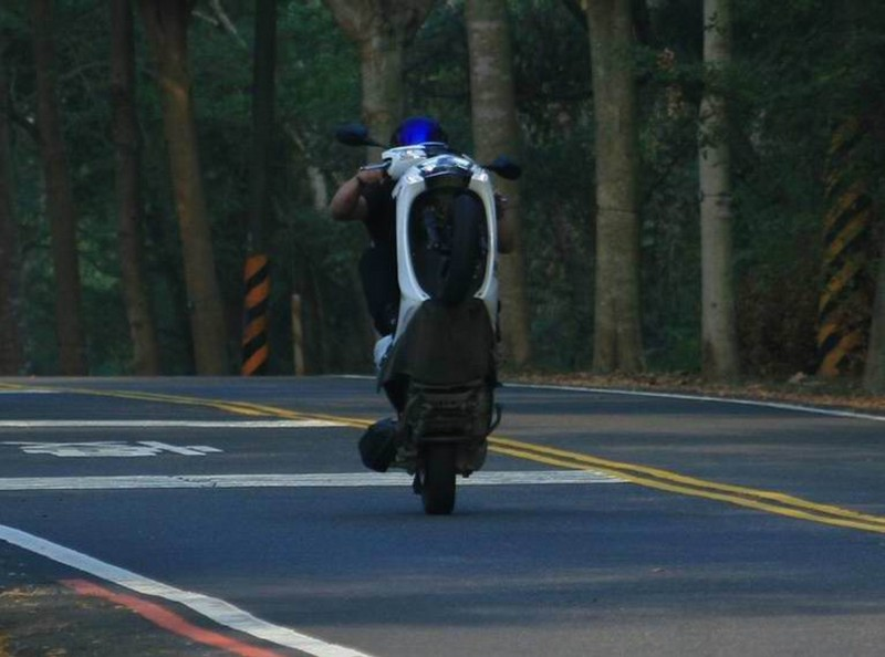 少年無照騎機車139線翹孤輪,遭警方查獲重罰6萬元,並依公共危險罪嫌函送。(翻攝臉書彰化139、148縣道幹礁版)