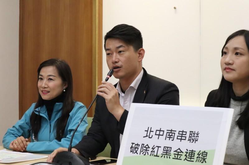 陳柏惟與民進黨3位立委候選人組「打倒紅黑金」小隊,要對抗中國紅色滲透與地方黑金勢力。(記者蘇金鳳翻攝)