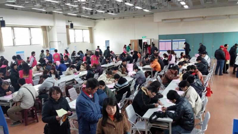 台南就業中心舉行廠商徵才活動。(記者王俊忠翻攝)