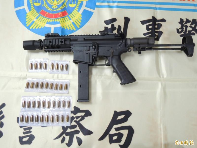 苗栗警方所查扣的MK-9制式衝鋒槍為美國海豹特種部隊用槍,在國內鮮少查獲。(記者張勳騰攝)