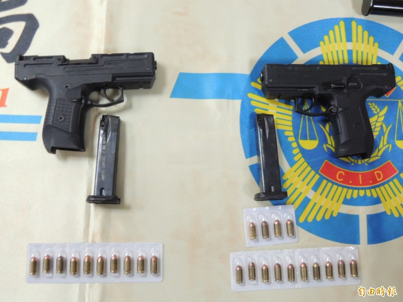 苗栗警方所查獲的Zoraki 925手槍為迷你衝鋒槍,在《湄公河行動》電影中,劇中彭于晏曾持這支手槍,在國內也被稱做是「彭于晏的槍」。(記者張勳騰攝)