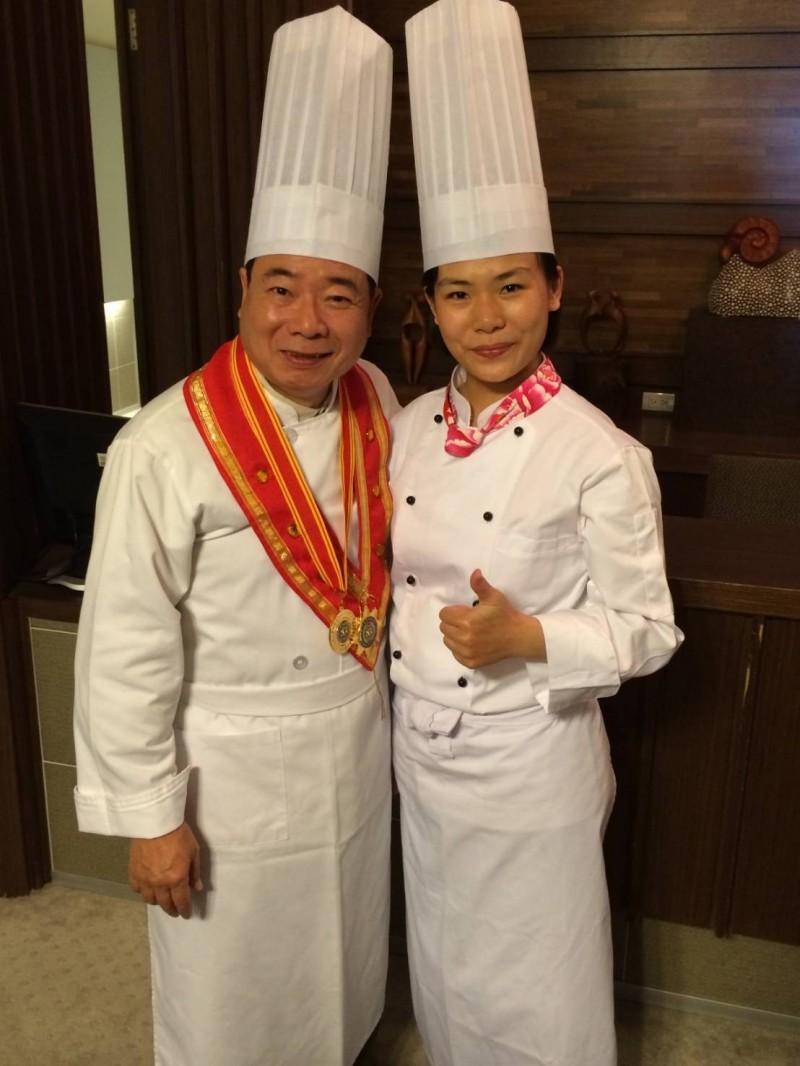 洪子絜(右)出生外燴世家,曾與藝人廖峻(左)錄製烹飪節目。(圖:高餐大提供)