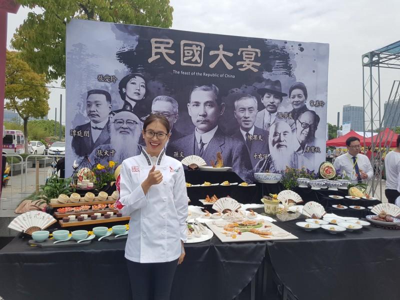 邱燕燕擁有10多張證照,曾參與海峽交流賽民國大宴。(圖:高餐大提供)
