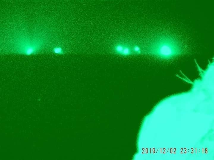 入夜後以夜視鏡拍攝,代表中國漁船的光點增加。(翻攝蕭再泉臉書)