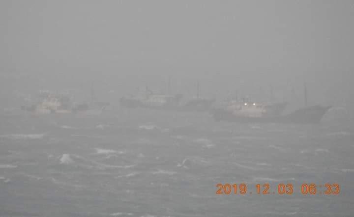 外海風浪不佳,中國漁船隱約可見成群結隊越界。(翻攝蕭再泉臉書)