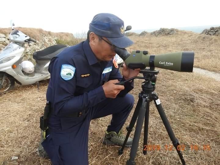 由於風浪過大海巡隊警艇無法趕抵,國家警察隊只能在陸地監控。(翻攝蕭再泉臉書)