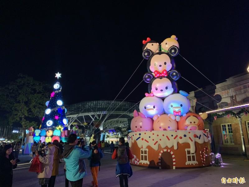 台中耶誕夢想世界試點燈,民眾與耶誕樹合影。(記者蔡淑媛攝)
