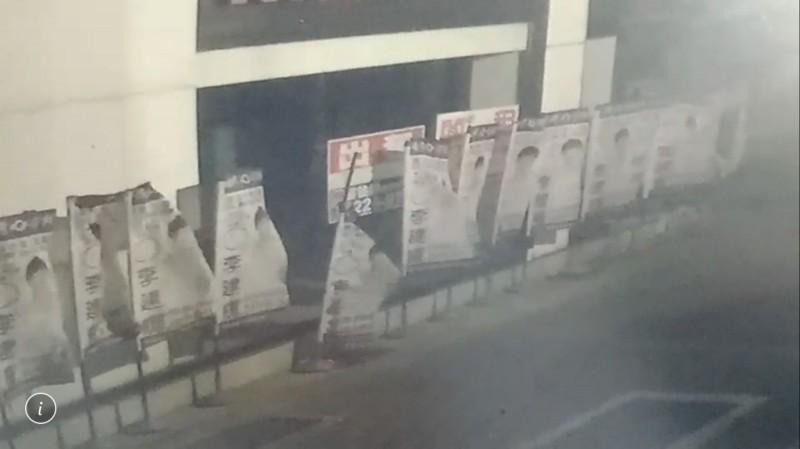 高雄市立委候選人李建輝懷疑旗幟、花籃遭破壞,警方公布影片,元凶是「強風」。(警方提供)