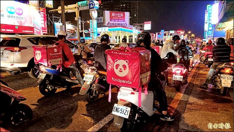 美食外送今年在台灣掀起風潮,二大業者Foodpanda(熊貓外送)、Ubereats更不斷擴大營運版圖,但日前陸續傳出店家解約潮。圖為示意圖。(資料照)