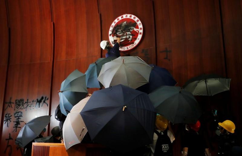 7月1日適逢香港主權移交22週年,聚集在立法會大樓周邊抗議《逃犯條例》的示威者,有部分人在晚間衝入立法會內部,佔領立法會會議廳。(路透)