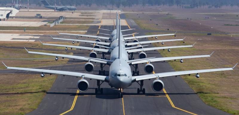5架KC-30A多用途加油機在機場跑道「大象漫步」,展現澳洲皇家空軍的戰略空運能量。(圖擷取自澳洲皇家空軍臉書粉絲專頁)