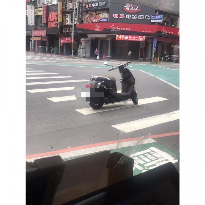 有民眾在網路PO文抱怨,指近日目擊有騎士在市區道路停等紅綠燈時,竟直接將機車停在路中間的斑馬線上,騎士本人則是直接「棄車」跑去買東西。(圖擷自爆怨公社)