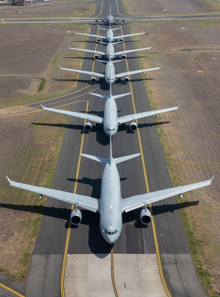 KC-30A多用途加油機首尾相連在跑道上緩緩前進。(圖擷取自澳洲皇家空軍臉書粉絲專頁)