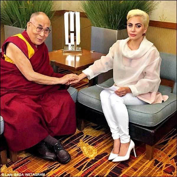 圖為流行樂天后「女神卡卡」(Lady Gaga)曾與西藏精神領袖達賴喇嘛會談。(取自卡卡IG)