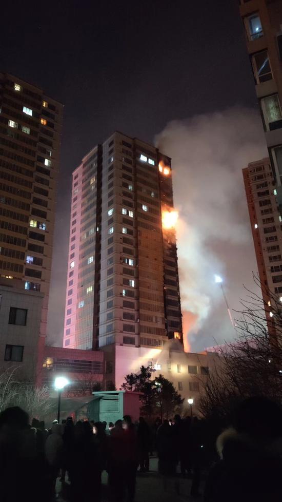 中國遼寧瀋陽市有兩座高約30層的住宅區昨晚發生大火,火勢從5樓往上迅速延燒,整座大樓在短時間內就燒成一根巨型火柱。(圖擷自網路)