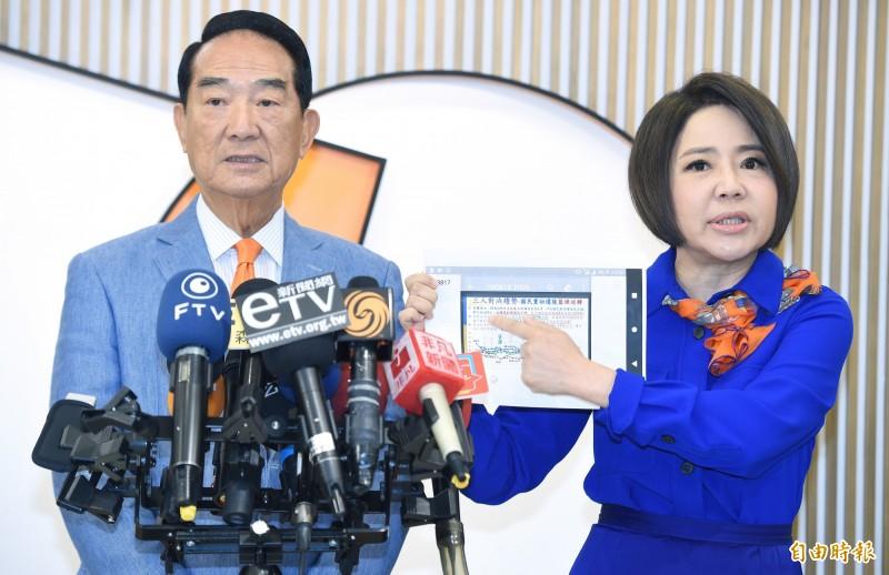 親民黨總統參選人宋楚瑜(左)3日在競辦發言人于美人(右)陪同下接受媒體聯訪。(記者廖振輝攝)