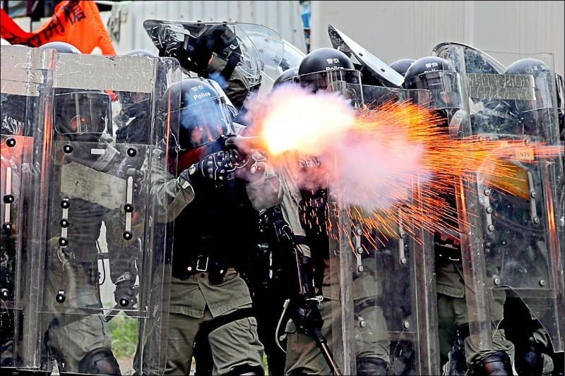 香港反送中示威自6月爆發至今,風波持續延燒,香港警方屢屢發射催淚彈,暴力驅散參加遊行的民眾。(歐新社)