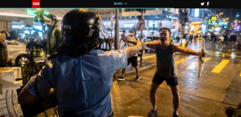 今年8月25日,有港警在荃灣的警民衝突中,持左輪手槍向示威者開火,該次也是反送中抗爭以來,首次有員警以實彈向示威者開槍。(圖擷自CNN)