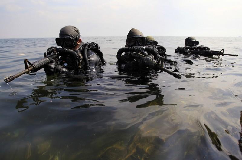 美國海軍三棲特戰隊「海豹部隊」未來將使用不受物理阻力的「水下子彈」。(路透)