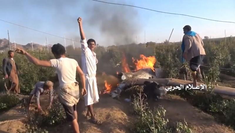中國無人機「翼龍-2」墜毀在當地一處農地內,許多民眾圍繞在無人機周圍歡呼。(圖擷自臉書「Military Armed Forces」)