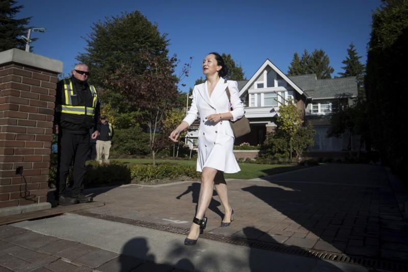 華為前財務長孟晚舟目前被軟禁在溫哥華的豪宅中,腳上還戴著電子腳鐐,圖為10月1日她離開豪宅前往法院。(美聯社)