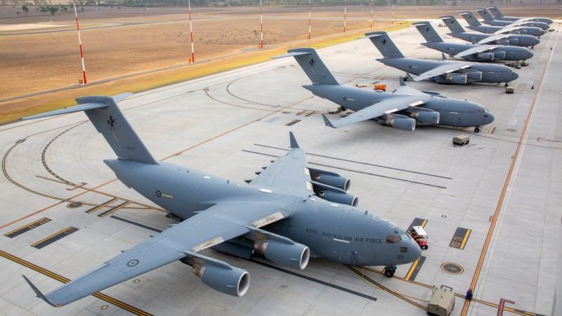 8架C-17A運輸機首次在安伯利空軍基地聚首。(圖擷取自澳洲皇家空軍臉書粉絲專頁)