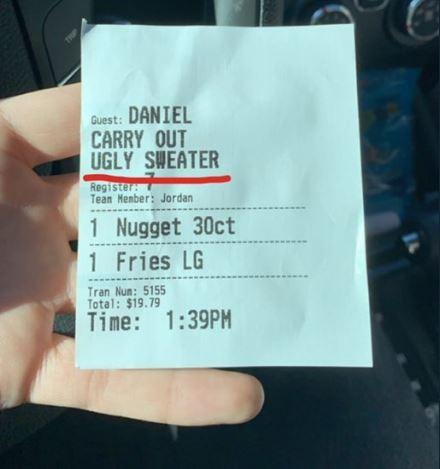 一名美國網友丹尼爾在速食餐廳福來雞(Chick-fil-A)消費時,意外的發現外帶單上客人的備註裡寫下「醜毛衣」。(圖擷自@Zin_Zaddy推特)