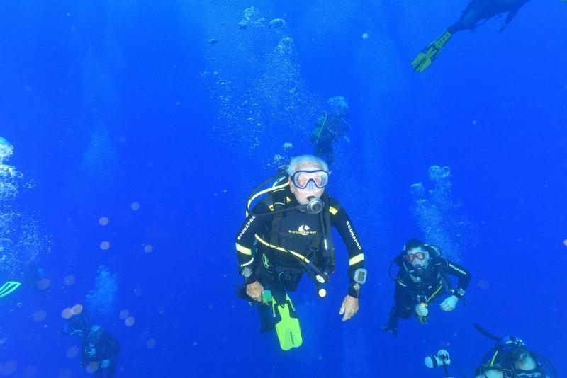 美國一名男子在潛水時,遭到誤闖潛水區的船隻撞上,整隻右臂被螺旋槳絞斷。潛水示意圖。(路透)