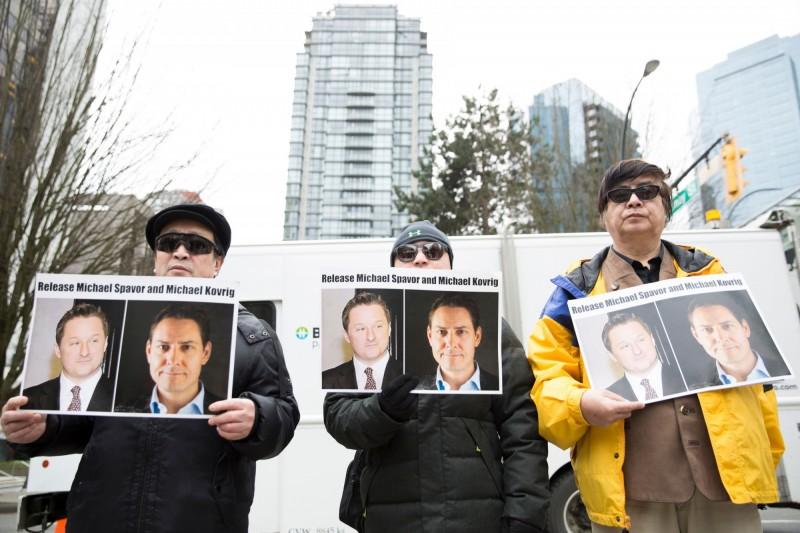 加拿大民眾上街抗議要求中國釋放康明凱與史帕佛。(法新社)