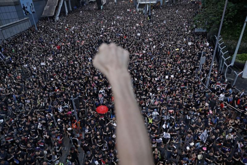 6月16日,由香港民陣發起的反送中大遊行,人數比同月9日更翻倍,遊行人數多達200萬人。(美聯社)