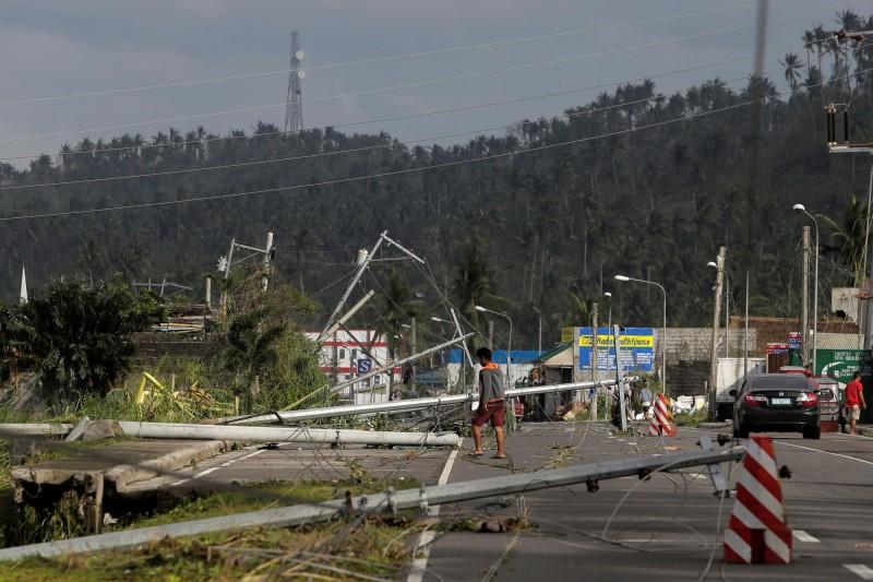 北冕颱風是今年侵襲菲律賓的第20個颱風,目前正通過菲國中部地區,導致市區路樹和招牌號誌被吹倒(路透)