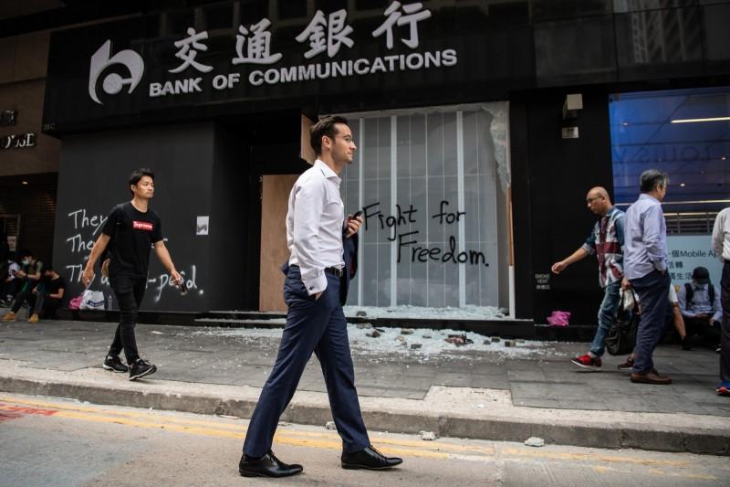 中國交通銀行香港分行的首席分析師羅家聰10月被迫離職,在接受專訪時表示,中國高層認為他香港人的身份,不適合代表中資銀行發言。(彭博)
