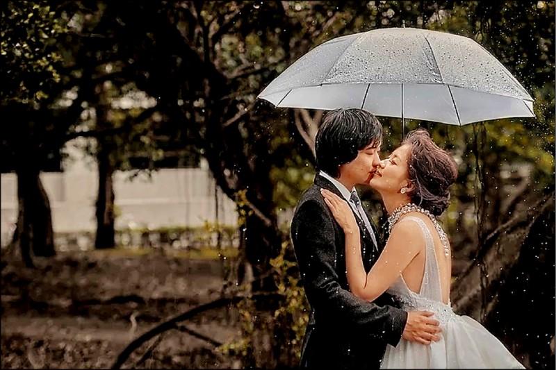 法官何星磊與網紅妻「藍星沙」。(翻攝「藍星沙」官方網站)