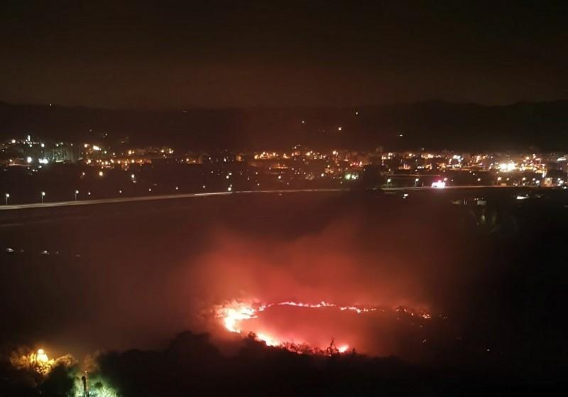 新竹縣頭前溪位於台68線東西向快速公路旁的河道中沙洲昨晚發生雜草火警,火勢相當驚人,但還好沒燒上岸。(附近住戶提供)