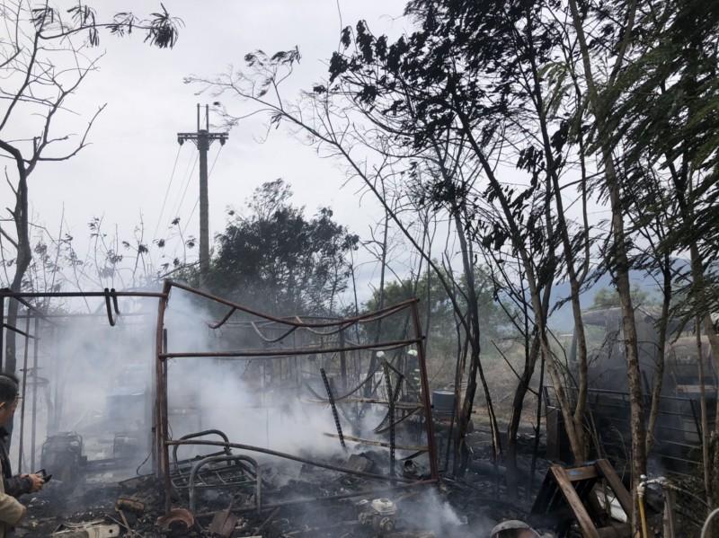 水泥預拌車火燒車,波及一旁工寮,被燒得僅剩焦黑骨架。(記者陳賢義翻攝)