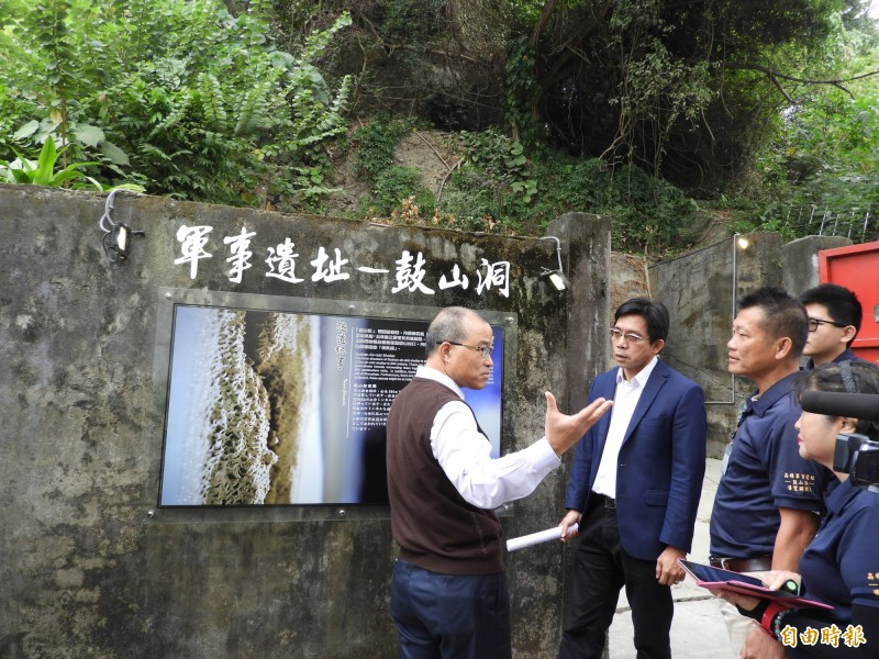 葉匡時(左)參觀第一處開放的軍事景點「鼓山洞」,坦言洞內空空蕩蕩,沒有吸引力,走一下以後不會再來了。(記者葛祐豪攝)