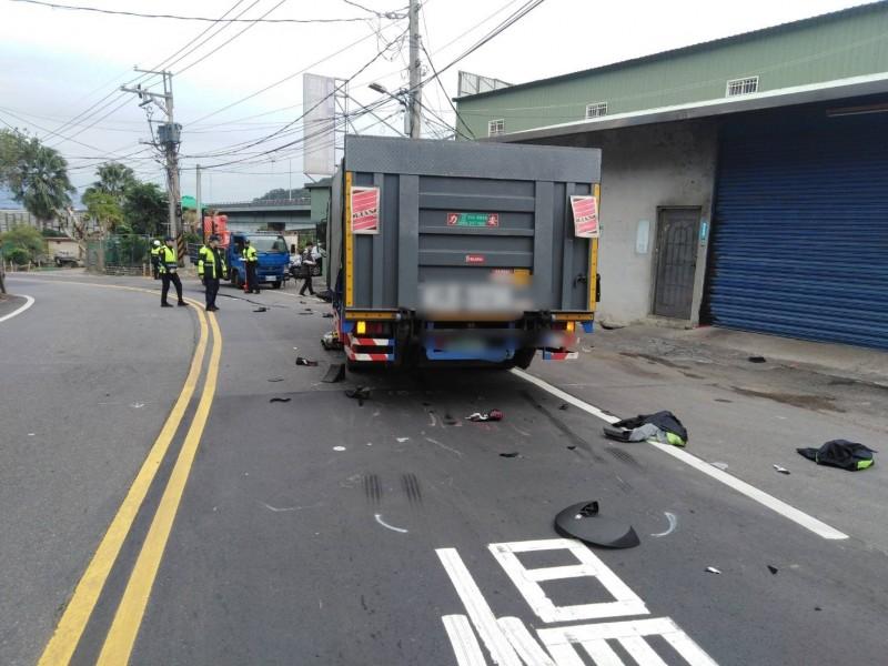 新北市泰山大科路今早傳出一名黃牌重機騎士過彎不慎,衝入對向車道,捲入對向大貨車底遭輾過命危。(記者吳仁捷翻攝)