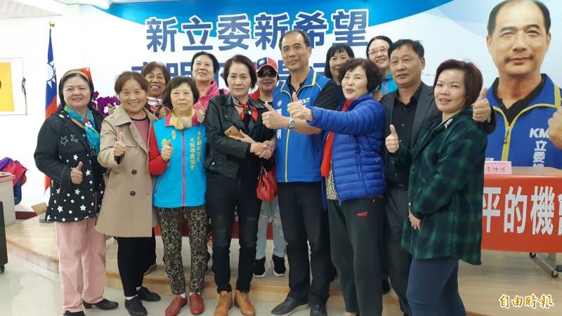 國民黨台東立委候選人張志明(中)今天由支持者陪同,召開記者會強調「黏在台東就是台東人」。(記者黃明堂攝)