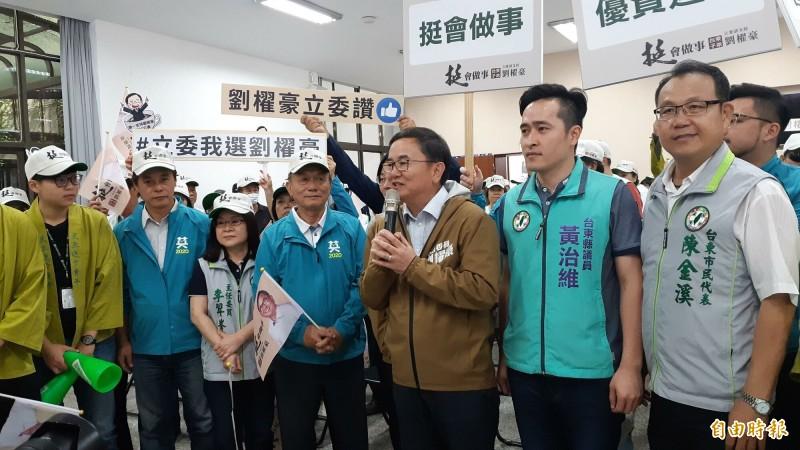 民進黨台東立委候選人劉櫂豪(右3)陣營今天由競選總部發言人黃治維(右2)回應張志明「黏在台東」之說。(記者黃明堂攝)