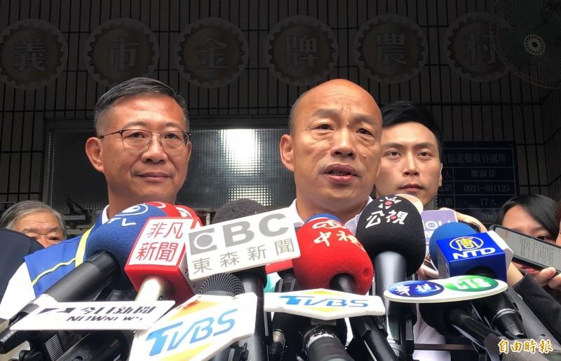 韓國瑜評論卡神楊蕙如的網軍事件,指自己和賴清德、柯文哲是網路被害三兄弟。(記者許麗娟攝)