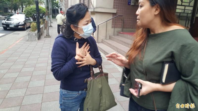 謝亞軒母親(左)庭後表示,雖願意支付1000萬元,但黃姓夫妻的3名子女分別求償1000萬元,總共3000萬元,所以未達成和解。(記者溫于德攝)