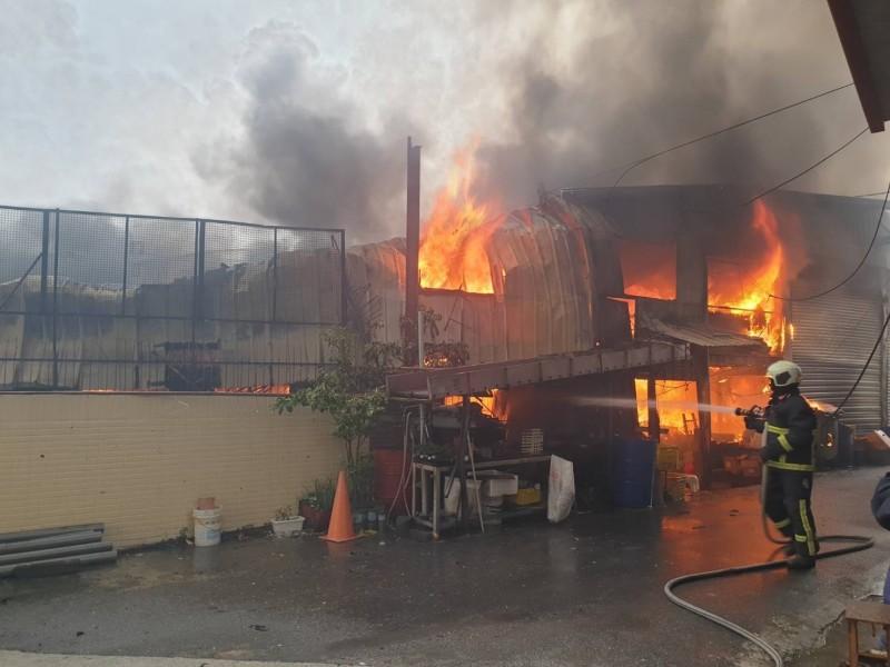 新社區一家製造毛刷的工廠起火,火勢猛烈。(記者歐素美翻攝)