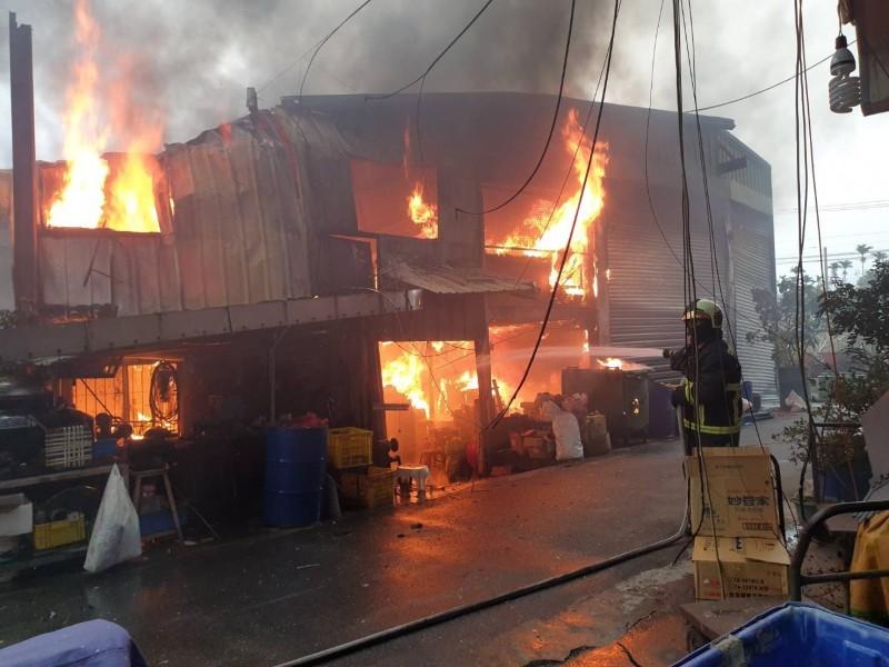 新社區一家製造毛刷的工廠起火,消防人員趕往灌救,幸無人受困傷亡。(記者歐素美翻攝)