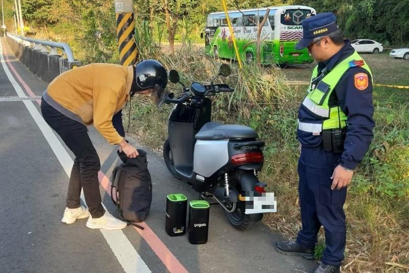 劉姓男子騎著電動機車從台中北上台北,卻在苗栗時機車沒電。(記者鄭名翔翻攝)
